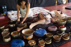 how to give sound bath therpay session with seven chakra tibetan singing bowls